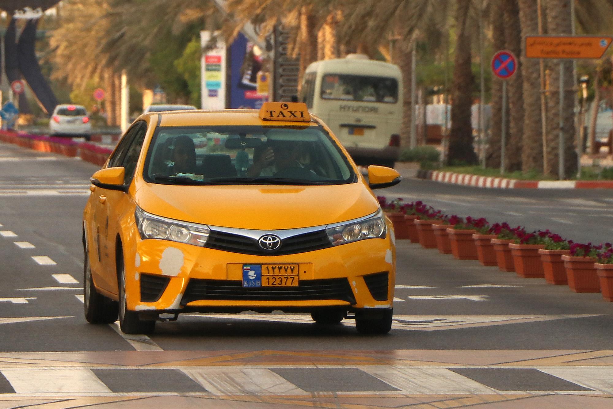 ابطال پروانه تاکسیرانی و مجوز تاکسی راننده متخلف در کیش